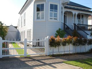 Garden Villa Apartment- Minutes to Beaches and CBD, Devonport