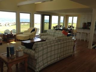 Shangri La Beach House on the Water, 1/4 mile from Wallis Sands and Ordiorne Pt, Rye