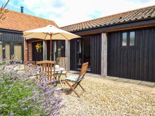 COURTYARD BARN 2, single-storey barn conversion, pet-friendly, patio, parking, near Coltishall, Ref 913889