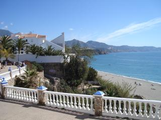 Apartment in perfect  location, A/C, pool, wifi, Nerja