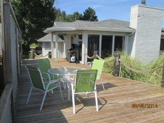 Beachfront on Useless Bay with 2 bedrooms, 2 bathrooms, sleeps 6, Freeland
