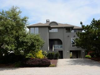Luxurious 4 bedroom home with 2 master suites. Hot tub and private walkway to the beach!, Bethany Beach