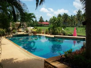 Luxury Villa with private swimming and fishing, Na Chom Thian
