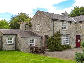 BELL TOWER, open fire, patio with furniture, lawned gardens, en-suite facility, near Lorrha, Ref 27098