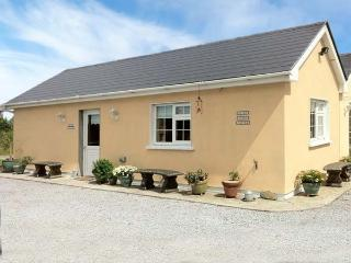 RUAH COTTAGE, detached, all ground floor, gardens, romantic retreat, near Listowel, Ref 904966
