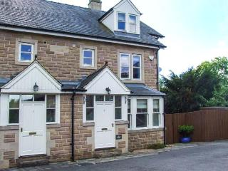 2 KNOWLESTON HOUSE, townhouse, over three floors, en-suites, parking, courtyard, in Matlock, Ref 913293