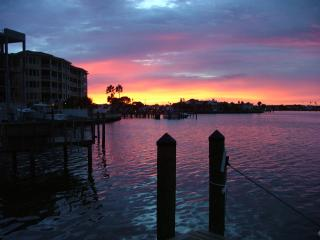 Waterfront Condo with fishing & boat docks, Treasure Island