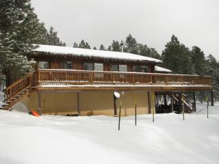 Pet friendly log cabin in peaceful location 5 min to skiing/ golf, Angel Fire
