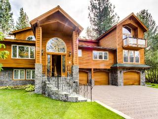 Gorgeous 6-bedroom luxury home with rooftop hot tub!, South Lake Tahoe