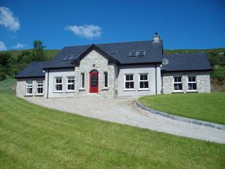 LOUGH FINN COTTAGE, Glenties