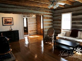 1834 Cabin, king bed, claw foot tub, Washington