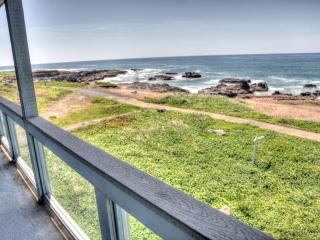 Luxurious Ocean Front Home with Hot Tub!, Yachats