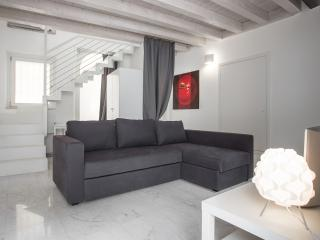 Charming house with 4 sleeps, private courtyard, Verona