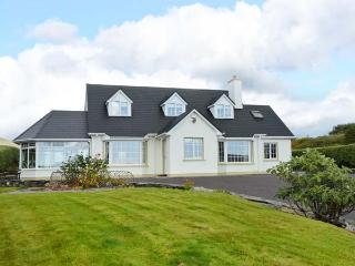BIRCH TREE COTTAGE, detached family cottage, multi-fuel stove, Jacuzzi bath, lawned gardens, in Castletownbere, Ref 912154