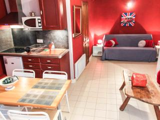 COSY FLAT W/AC /WIFI IN THE HEART OF THE OLD TOWN, Nice