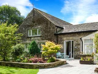 COACHMAN'S COTTAGE, character cottage near village, WiFi, patio, peaceful setting, Cartmel Ref 906801