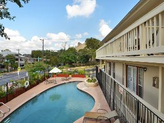 1BR Inviting Downtown Condo, Pool View, Steps to 6th Street, Sleeps 4, Austin