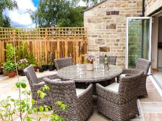 BEECH HOUSE, luxury cottage with en-suite, woodburner, WiFi, walks in the area, in Gargrave, Ref 28504