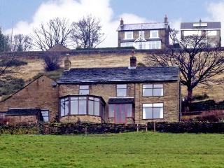 BROW FARM, pet friendly, country holiday cottage, with a garden in New Mills, Ref 912088