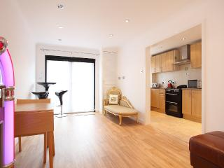 One very quiet single bedroom available in House, Woking