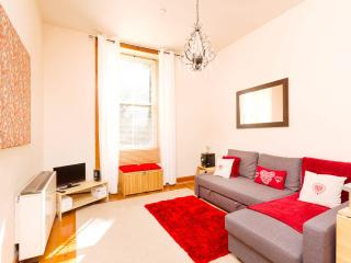 Central 1 bed apt for up to 4 - free parking/wifi!, Edinburgh