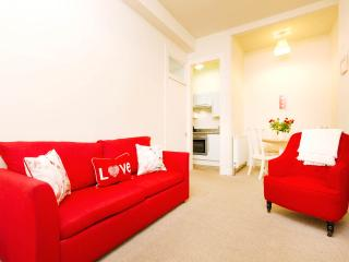 Chic & cosy 1 bed apt for up to 4 ppl.  Free wifi!, Edinburgh