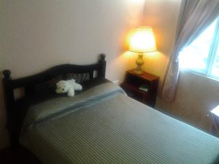 Room with B&B, Air Con & Cable TV in family house, Roseau