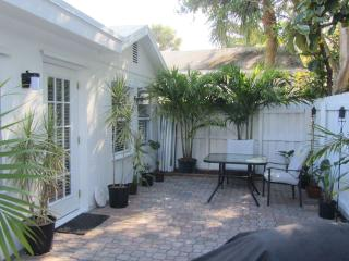 Charming... South Florida COTTAGE - close to Downtown, Beach, Fort Lauderdale
