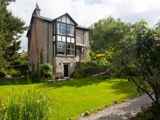 THORNFIELD, detached, open fire and woodburning stove, WiFi, garden with furniture, near Arnside, Ref 915819
