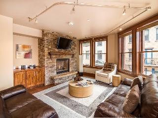 Enjoy the convenience of walking everywhere in downtown Telluride while enjoying luxurious amenities including a gourmet kitchen and high-end bathrooms.