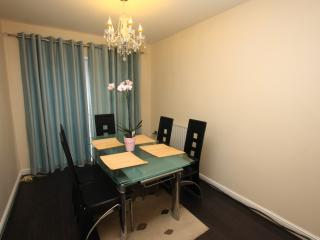 5 Mins to City Centre (4 Bed Hs with Free parking), Sheffield