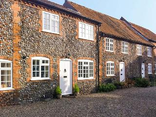 CARPENTERS COTTAGE, family friendly, character holiday cottage in Holt, Ref 904233