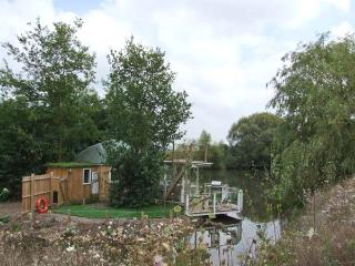 ISLAND YURT, unusual romantic retreat, hot tub, sauna, king-size bed, by fishing lake near Beckford, Ref 903586