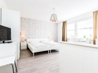 91 Modern Center apartment for 3 in Cologne Deutz, Colonia
