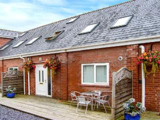 QUARTER COTTAGE, family friendly, country holiday cottage, with a garden in Ledsham, Ref 4251