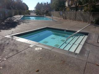cozy bed w/gated curbside parking, spa/pool., Richmond
