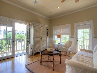 Post Carriage House - Right Next to the Town Center and Two Pools!!, Rosemary Beach