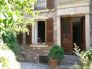 charming apartment with patio in village house, Les Issambres