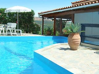 FAMILY VILLA WITH PRIVATE POOL NEAR THE BEACH, Panormos