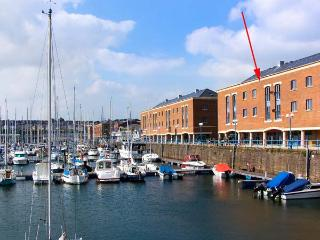 SWN-Y-MOR, second floor apartment overlooking marina, Juliet balcony, mezzanine bedroom, in Milford Haven, Ref 914261