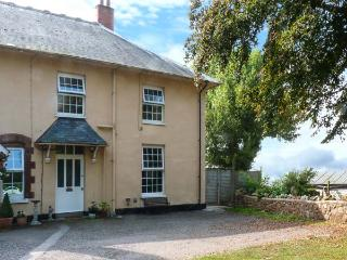 THE WELL HOUSE COTTAGE, comfortable cottage, en-suite, enclosed private garden with lovely hill views in Watchet, Ref 915415