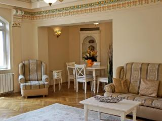 Lovely old style& Quiet 2 bed. very downtown city, Bucharest