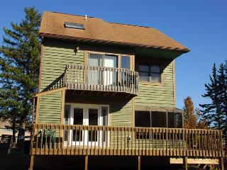 Alluring 3 Bedroom Ski In/ Ski out home w/ amazing slope views!, McHenry