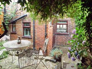 9 OVERTON BANK, family friendly, character holiday cottage, with a garden in Leek, Ref 4032