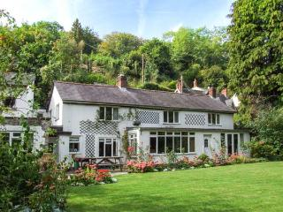 FERRYSIDE, riverside home with woodburner, garden, en-suite, pets welcome, in Symonds Yat, Ref 912477