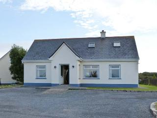 6 GLYNSH COTTAGES, detached, garden, pet-friendly, open fire, near Carna, Ref 916224