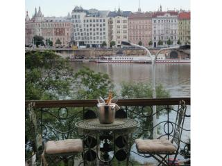 LUXURY RIVERSIDE * INCREDIBLE LOCATION AND VIEWS, Prague