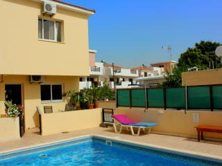 Townhouse: Pool, 2 Bedrooms, Free Wifi, TV, BBQ, Pervolia