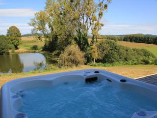 Luxury Barn with Hot Tub & Fresh Water Lake, Saint-Priest-les-Fougeres