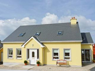 QUAY ROAD COTTAGE, all ground floor, multi-fuel stove and open fire, 100 yards from coast, wheelchair accessible, en-suite wet room, Dungloe, Ref 915898
